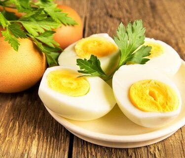 Huevo duro con aceite y sal