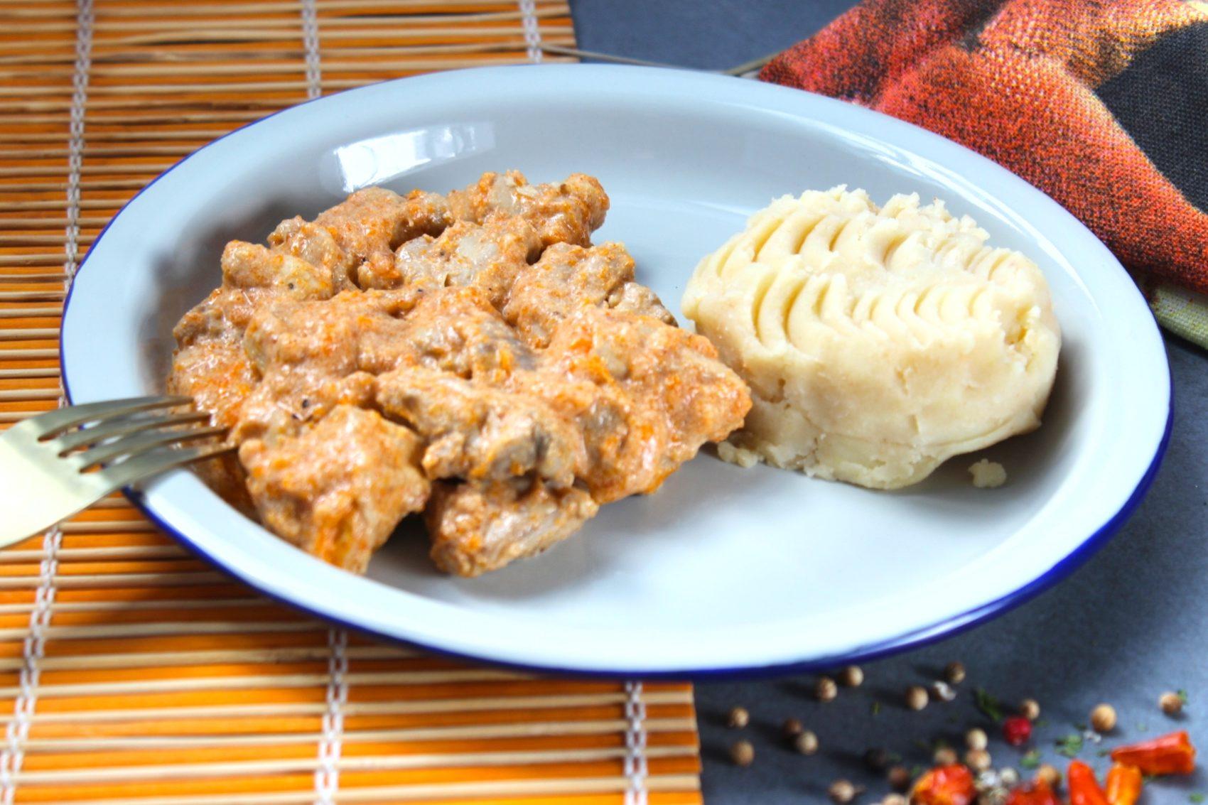 Ragú de pollo con salsa cremosa de chile chipotle