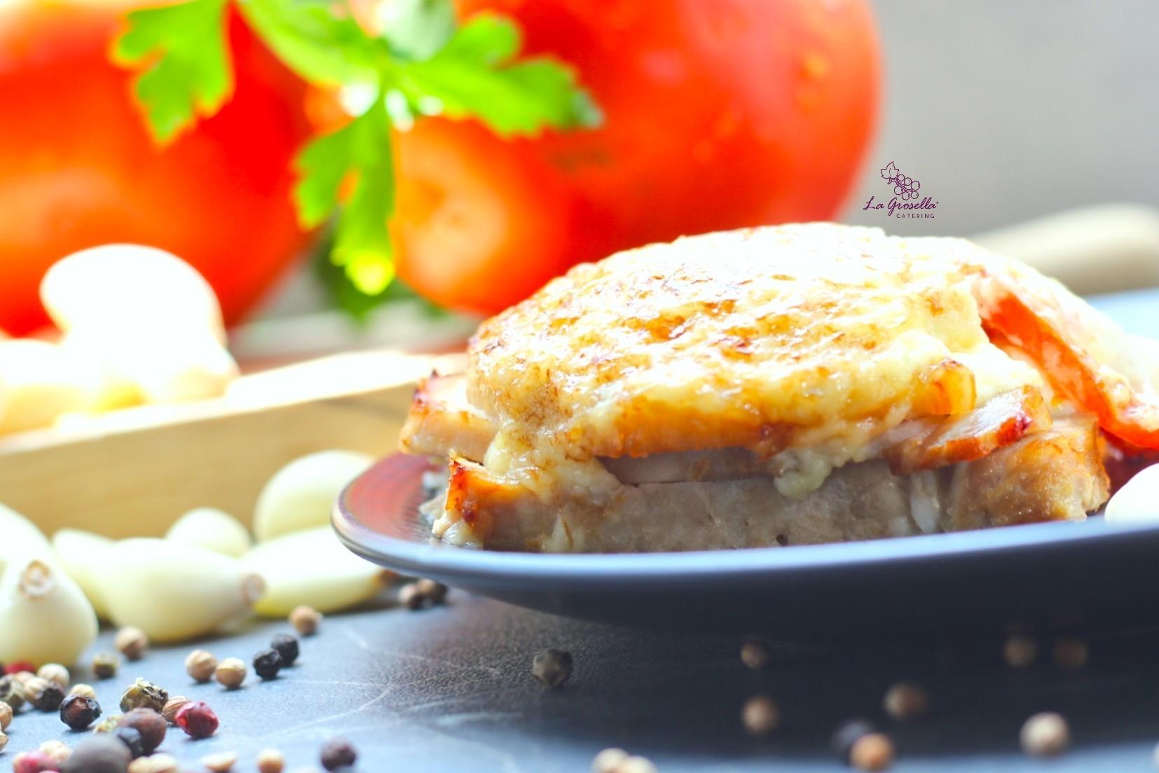 Lomo gratinado con tomate y alioli