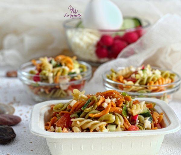 Ensalada de pasta con aceite de sésamo, mozzarella, rabanitos, pepino, tomate, cebolleta envase compostable de La Grosella