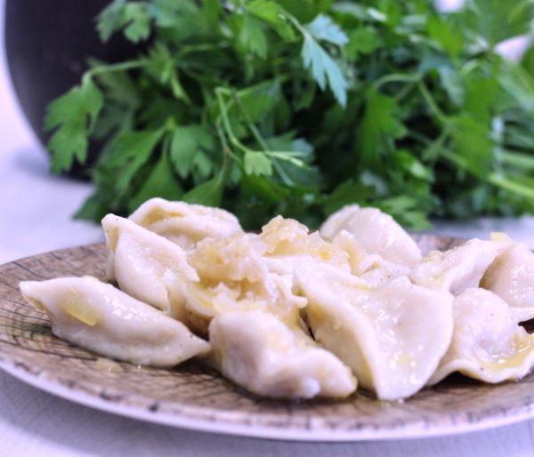 Raviolis-rellenos-de-patata-con-cebolla-frita-de-La-Grosella