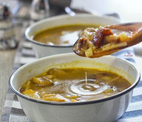Sopa de fideos con setas y patata de La Grosella