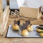 Comida a domicilio - Mini eclair de vainilla con chocolate 12/U