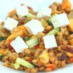 Comida a domicilio - Ensalada de lentejas con verduras y queso feta