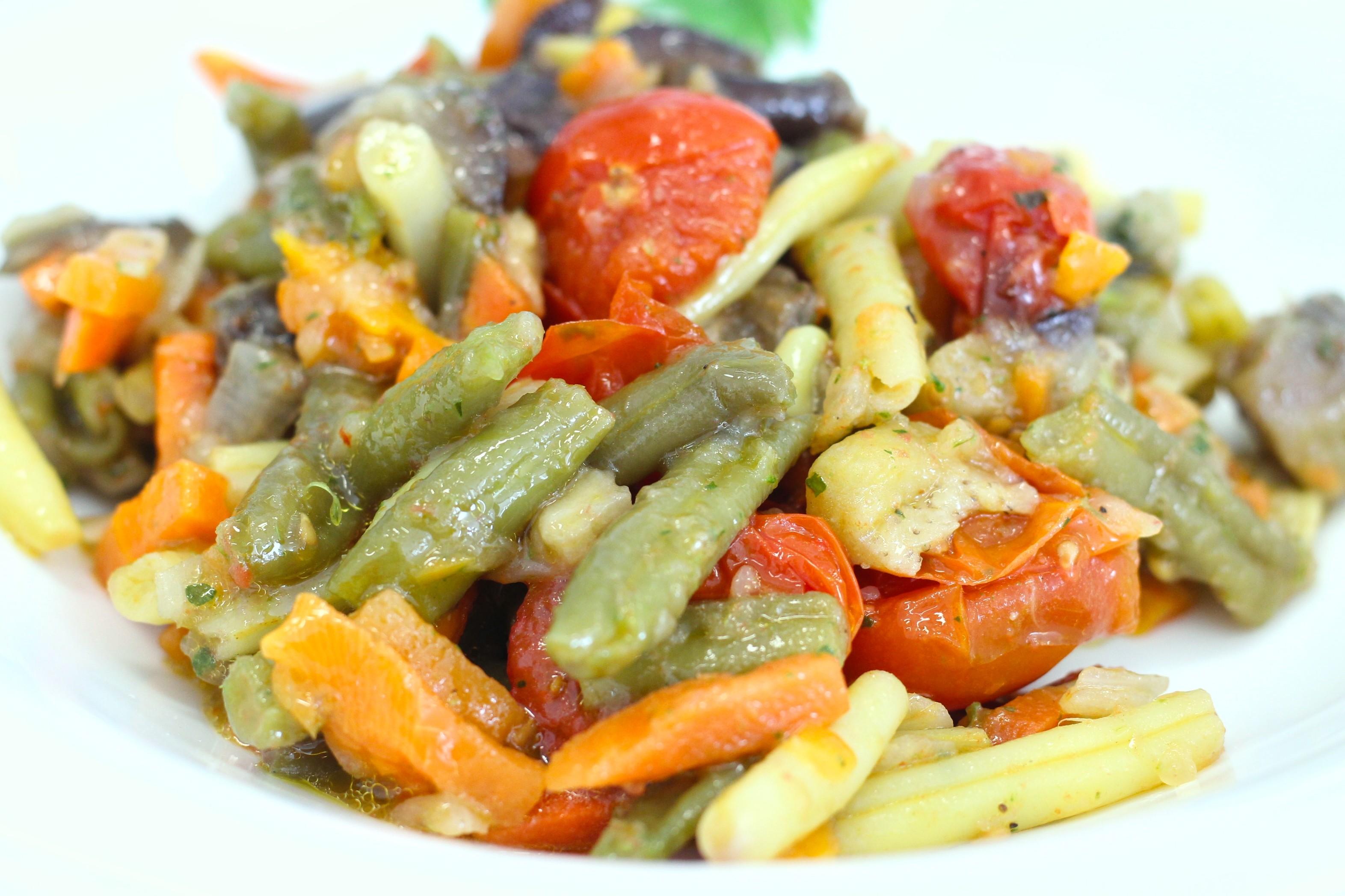 Salteado de verduras con tomate cherry asado